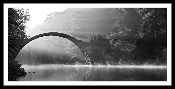 "Spiegelprofi 73244101 Gerahmtes Bild KAMI Gerahmtes Bild ""Märchenhafte Brücke"" 25 x 50cm, schwarz/weiß, Wandbild, Bild"