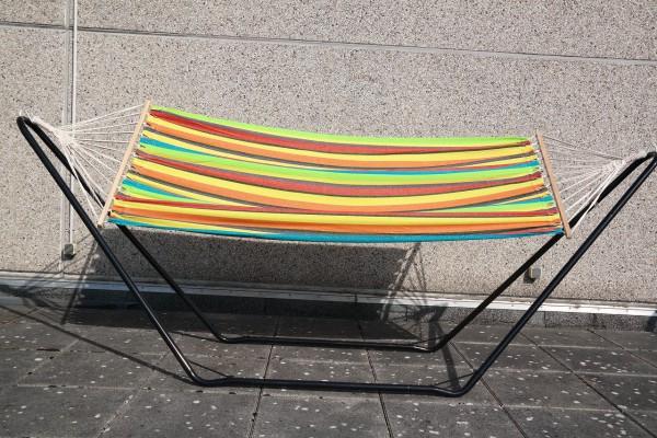 """Stabhängematte Hängematte """"Atlantic Rainbow"""" mit Holzgestell und Baumaufhängung rot orange 100x200 c"""