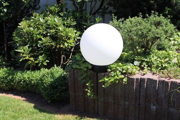 "LED Gartenleuchte ""Kugel"" weiss inkl Fernbedienung , Farbwechsel u Kunststoffsockel 40cm"